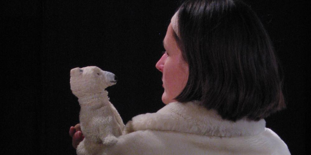Der kleine Eisbär Ika spricht mit seiner Eisbärmutter